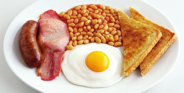 Englisches Frühstück mit Spiegelei, Bohnen und Wurst
