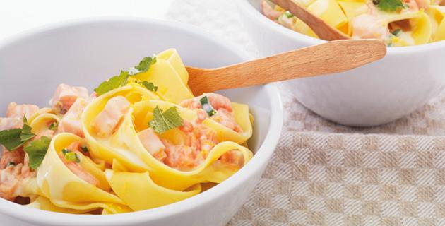 Breite Bandnudeln mit Zitronen-Lachs-Sauce