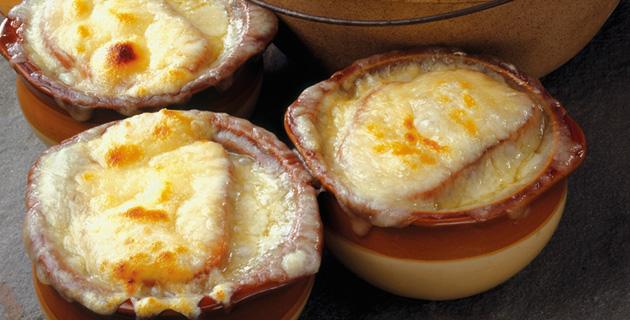 Deftige Zwiebelsuppe – mit Gruyère überbacken