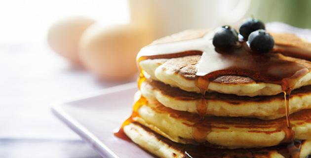 Amerikanisches Frühstück – Pancakes mit Ahornsirup