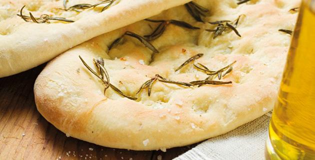 Frisch gebackenes Focaccia mit Rosmarin und Salz