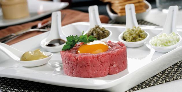 Herzhaftes Rinder-Tatar mit Ei und Petersilie