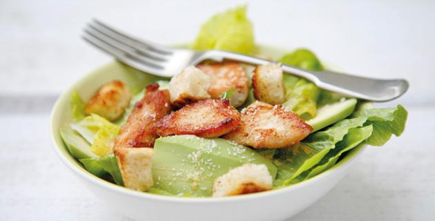 Cäsarsalat – mit Hähnchen, Avocado und Croûtons