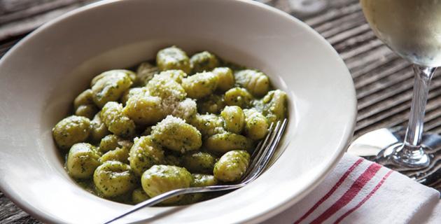Gnocchi mit grünem Pesto und geriebenem Parmesan