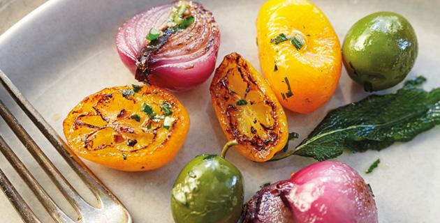 Gebratene Zwiebeln, gelbe Tomaten, Kapern und Salbei