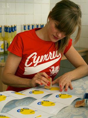 Anna Lena Deeg bedruckt jedes Etikett von Hand