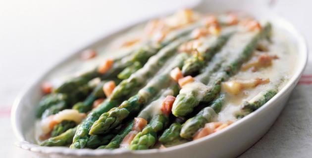 Gratin mit grünem Spargel, Bacon und Mozzarella