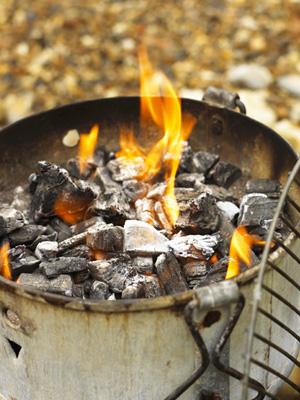 Den Grill besser ohne chemische oder elektrische Hilfe anfeuern