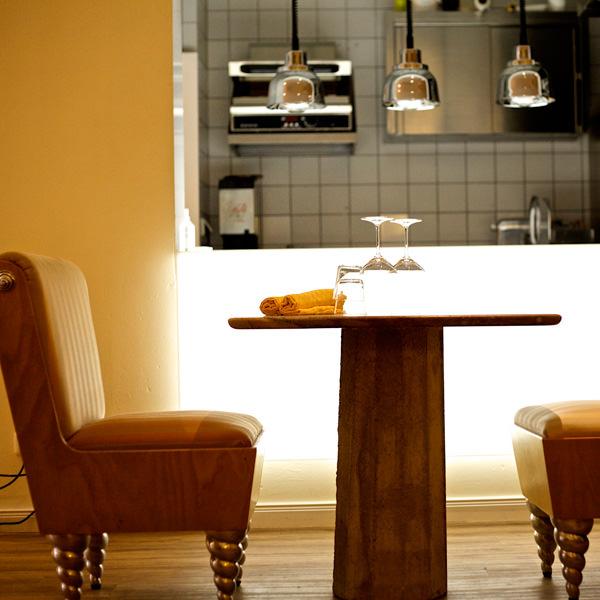Offene Gourmet-Küche mit Bistro-Ambiente
