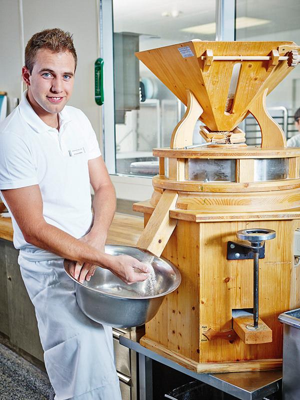 Philipp Schweiss sorgt täglich für frische Brötchen