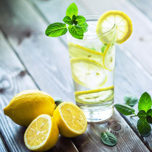 Zitronenwasser ist erfrischend und entgiftet