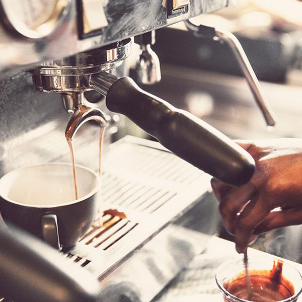 Eine Kaffeemaschine gehört zur Grundausrüstung eines jeden Büros.