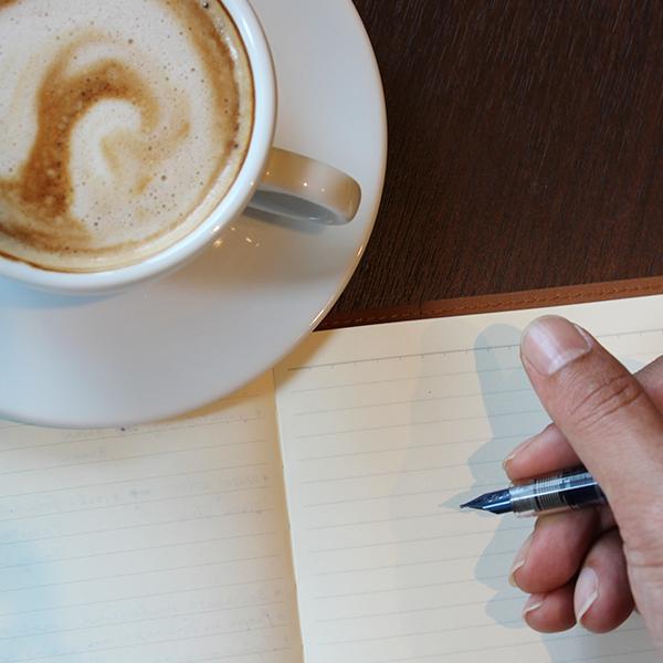 Kaffee bei der Arbeit soll die Leistungsfähigkeit steigern. Doch die Medaille hat eine Kehrseite.