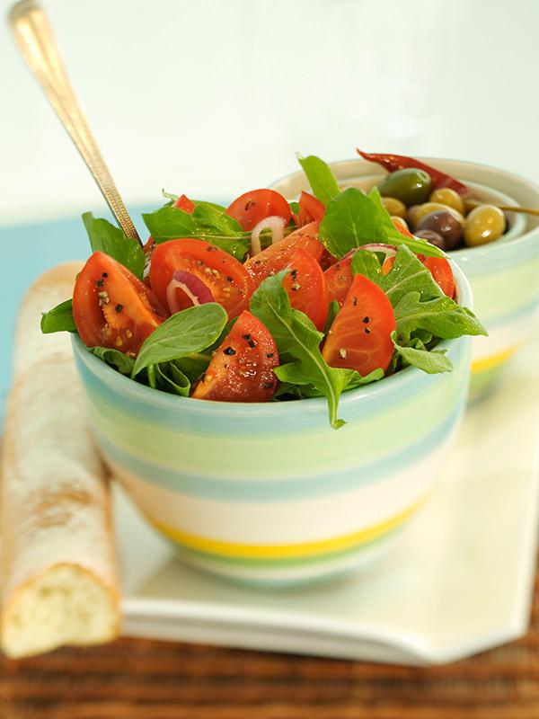 Nicht nur im Sommer ein leichter und leckerer Genuss: Tomatensalat mit frischen Kräutern