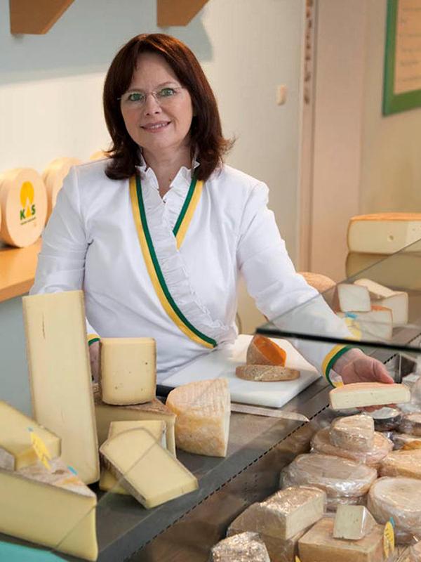 Susanne Hofmann präsentiert ihre Käsekreationen