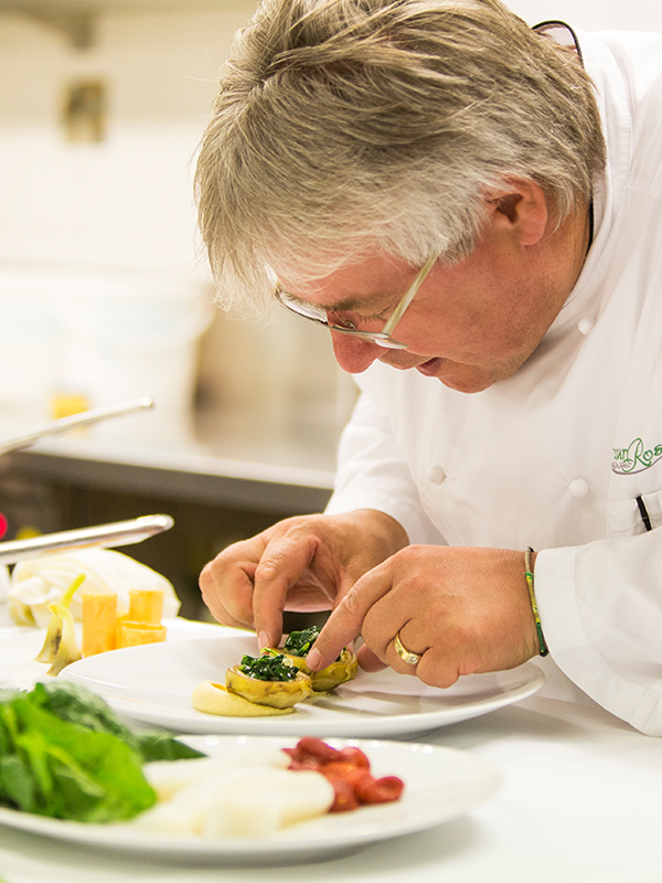 Für interessierte Feinschmecker bietet der Südtiroler Sternekoch Herbert Hintner einen Kochworkshop an