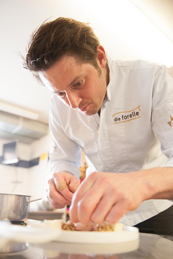 Küchenchef Hannes Müller bei der Arbeit