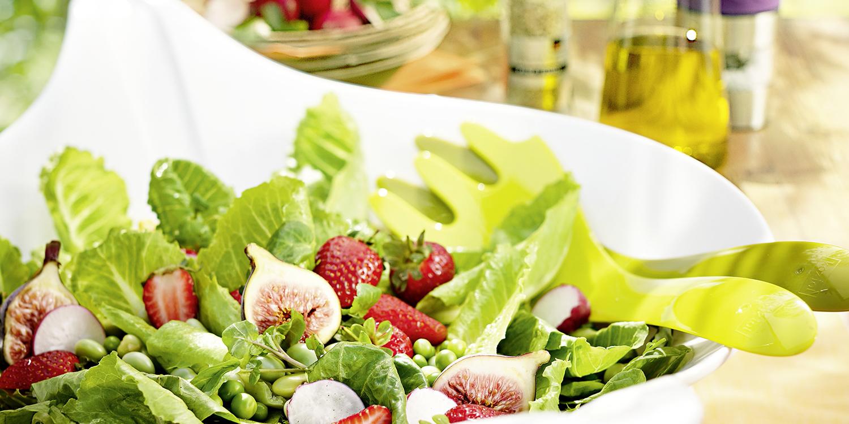 Salat mit Radieschen, Feigen und Erdbeeren