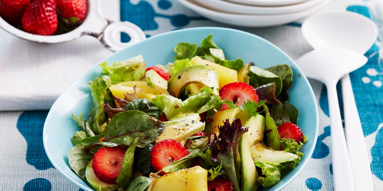 Sommersalat mit Erdbeeren, Mango und Avocado