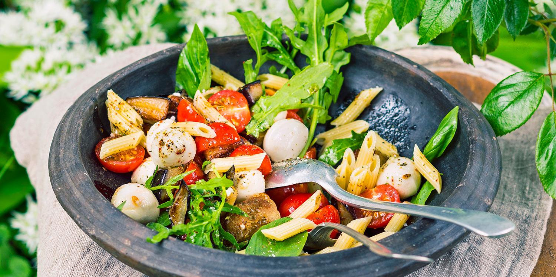 Nudelsalat mit Aubergine, Tomaten und Mozzarella