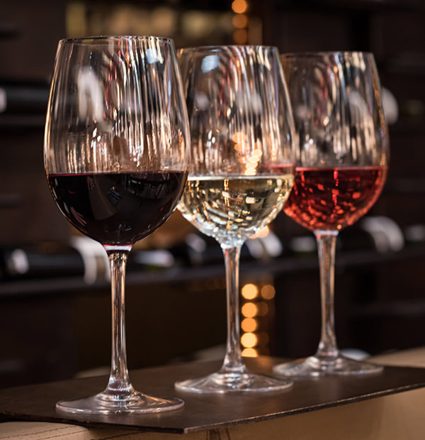 Schon die Farbe des Weins kann einiges über diesen verraten