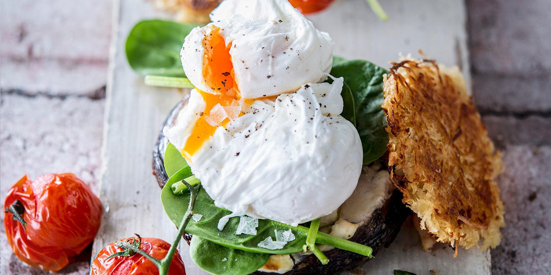 Rösti-Burger mit pochiertem Ei und Gemüse