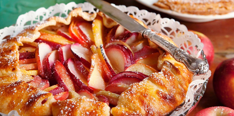 Apple Pie mit roten Äpfeln und Mandeln