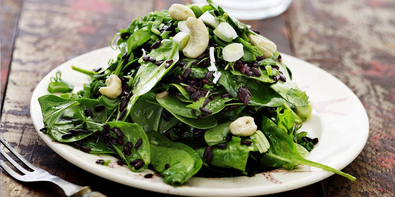 Feldsalat mit Wildreis, Spinat und Cashewkernen