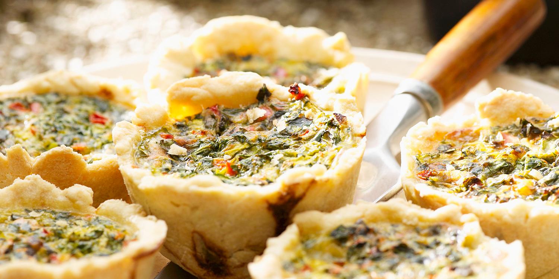 Pikante Muffins mit Gemüse, Ei und Käse