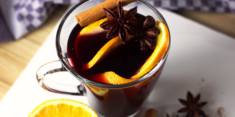 Glühwein mit Orangen, Zimtstangen und Sternanis
