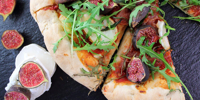 Step-by-Step: Pizza mit Käserand und Feigen