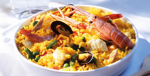 Spanische Paella mit Scampi und Muscheln